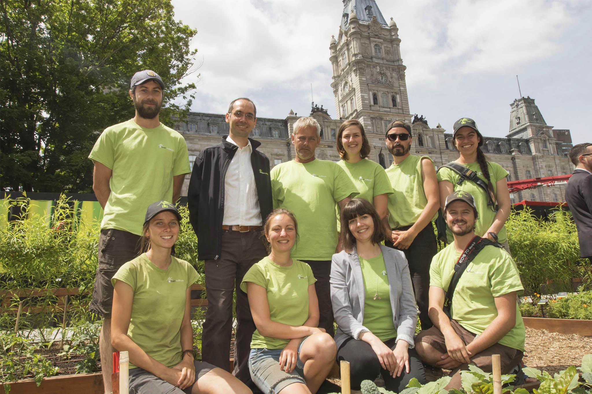 Équipe des Urbainculteurs devant l'Assemblée nationale du Québec